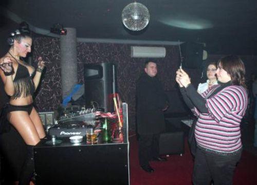 Üstsüz DJ coşturdu!