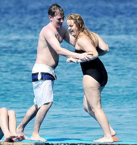 Tatilde kocasıyla güreşti!