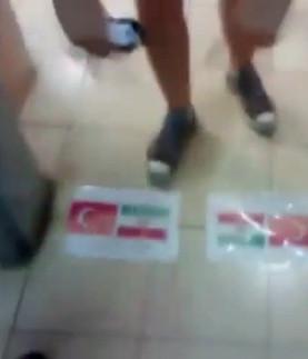 İsrailli gençlerin Türk bayrağına çirkin saldırısı