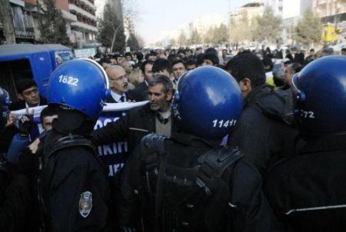 Polislere böyle tepki gösterdi!