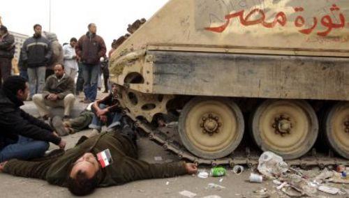 Tankların önüne yattılar