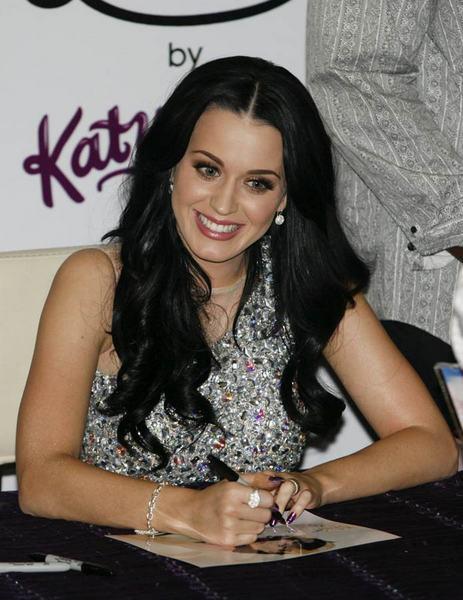 Katy Perryden dekolteli tanıtım