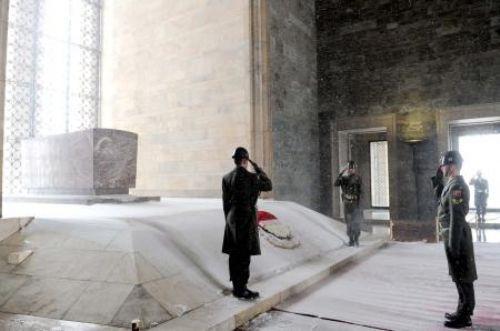 Asker eşleri Anıtkabirde