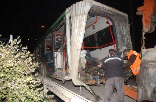 İETTye ait otobüsün körüğü koptu