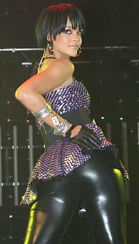 Rihanna sahnede artık daha iddialı