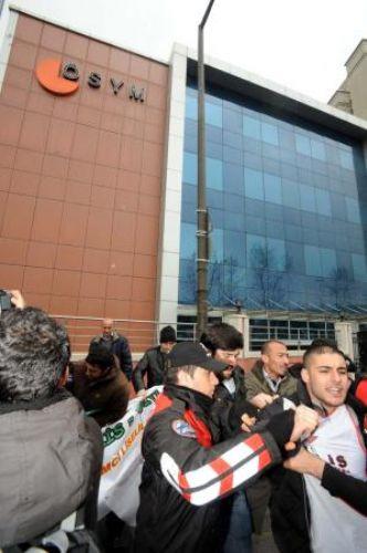 ÖSYM önünde zincirli şifre protestosu!