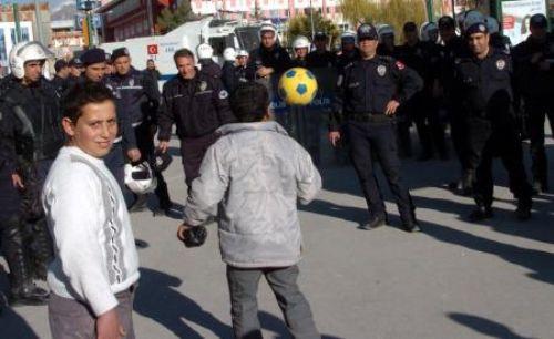 Polislerle oynayan çocuğa tokat