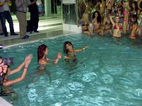 Havuzda bikini şov !