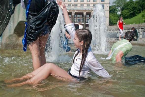 Öğrencilerin çılgın mezuniyet sevinci