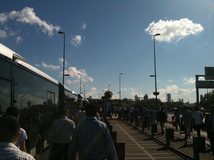 Metrobüs bozuldu vatandaş yolda kaldı
