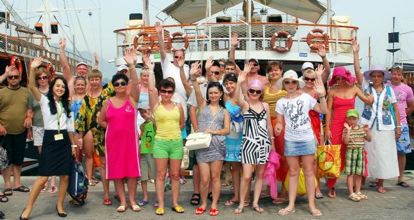 Rus turistler teknede alkol alıp dans etti