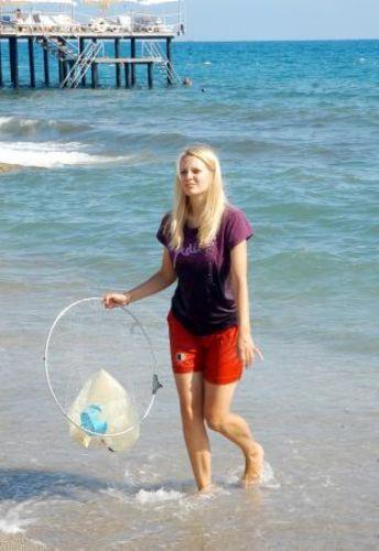 Turist denizi temizledi!