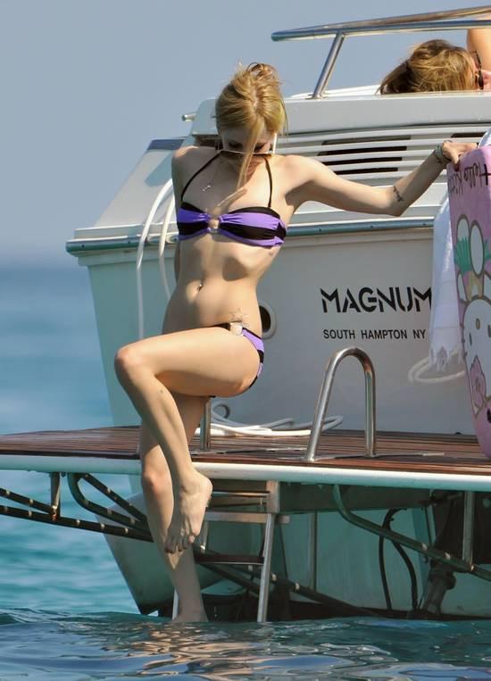 Avril Lavigne tatilde görüntülendi !