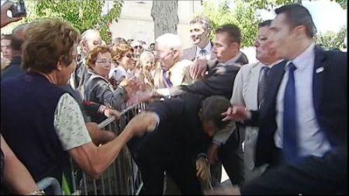Sarkozy saldırıya uğradı !