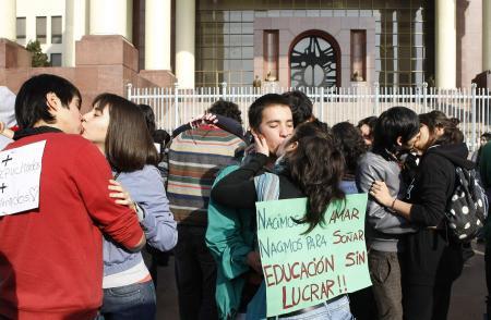 Gençler öpüşerek protesto etti