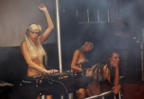 Üstsüz DJ coşturdu !