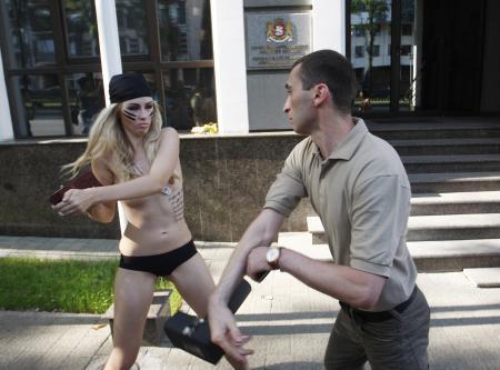 FEMEN yine sahnede !