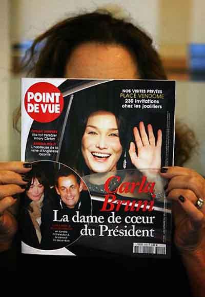 Sarkozy, sevgilisiyle el ele...