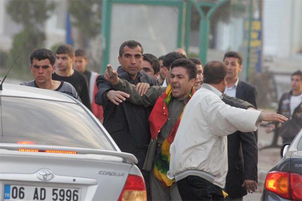 BDPli Bengi Yıldız polisi taşladı