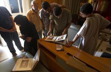 Kaddafinin fotoğrafları isyancıların eline düştü