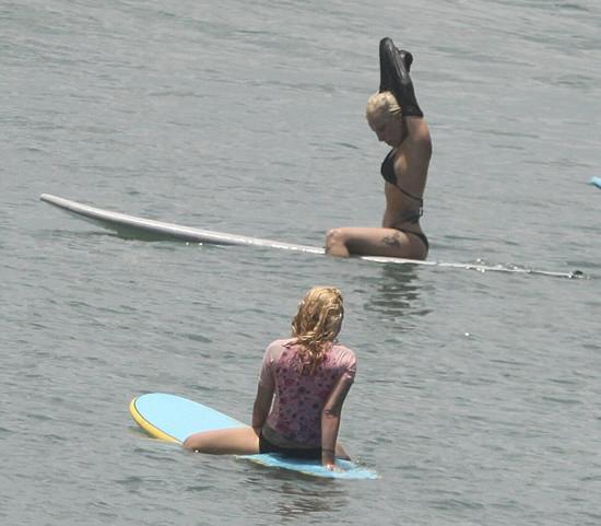 Lady Gaga sörf tahtasında !