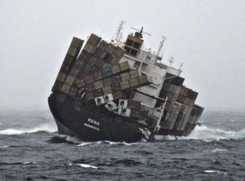 Tonlarca petrol kıyıya vurdu !