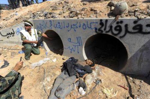 Kaddafi linç edilerek öldürüldü !