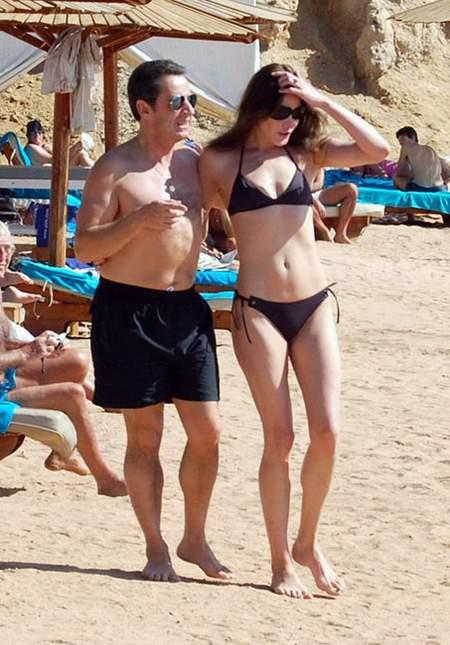 Sarkozy ve Carla Bruni plajda görüntülendi