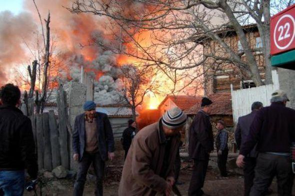Yangın köyü yaktı geçti