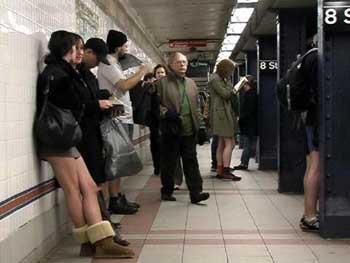 Metroda iç çamaşırıyla yolculuk