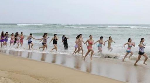 Kızlara resmen Çin işkencesi yaptılar
