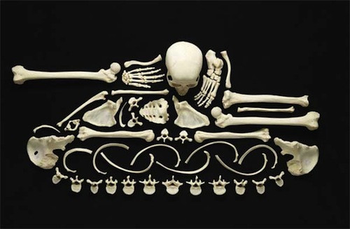 Savaşı gerçek insan kemikleriyle anlattı