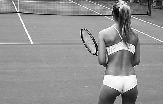 İç çamaşırıyla tenis kortunda