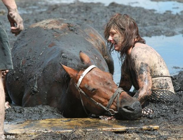 Atını bataklıktan kurtaran kahraman kadın
