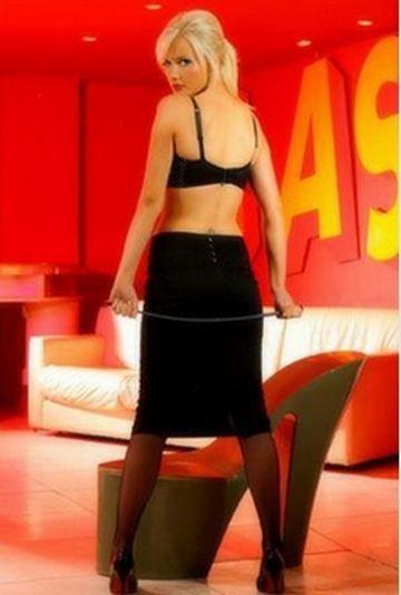 Canlı yayında striptiz yaptı