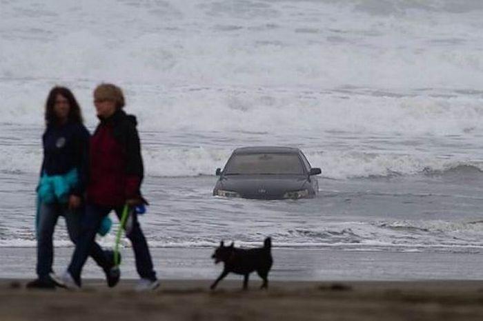 Otomobiliyle okyanusa uçtu