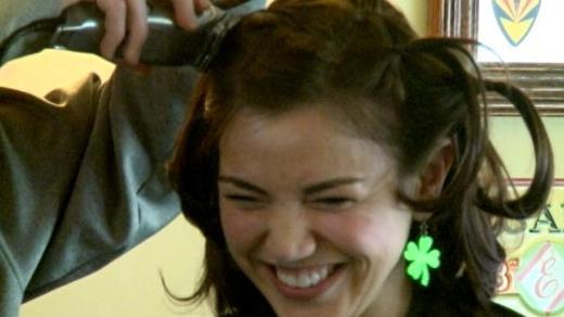 Saçlarını kanserli çocuklar için kazıttı