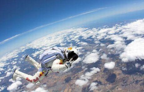 21 bin metreden paraşütle atladı