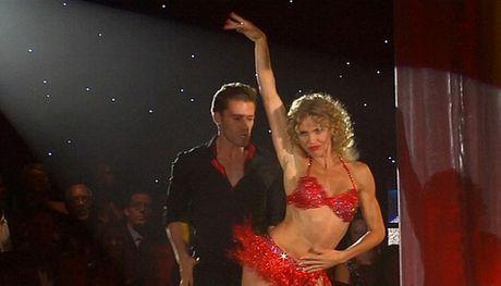Ünlü oyuncu dans pistinde