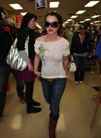 Britney Spears ilkokula bile iç çamaşırsız gitti!