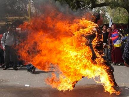 Tibetli kendini yaktı