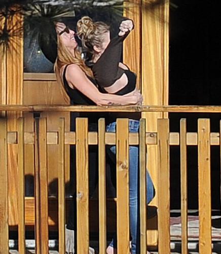 Kocasına böyle poz verdi