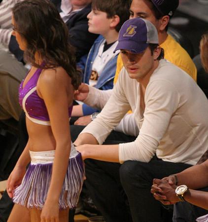 Ashton Kutcher nereye bakıyor?