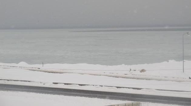 Van Gölü kar tuttu
