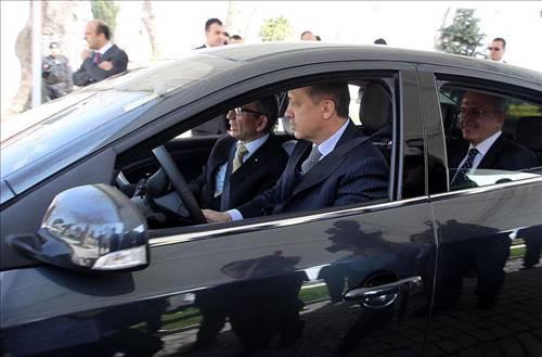 Başbakan Erdoğan elektrikli otomobil kullandı