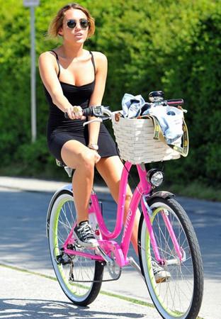 Mini etekle bisiklete bindi