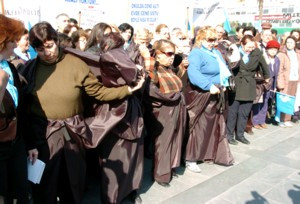 Türbanı kara çarşafı yakarak protesto ettiler