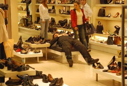 Ünlü reklamcı mağazada sızıp kaldı