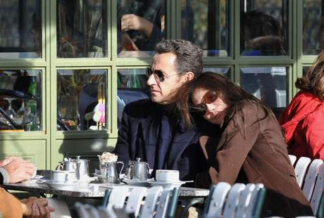 Pariste aşk başkadır... İşte çiçeği burnunda Sarkozy çifti...