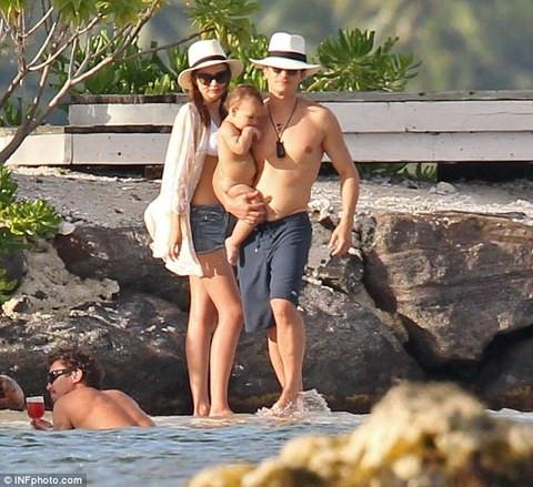Miranda Kerr ailesiyle tatilde